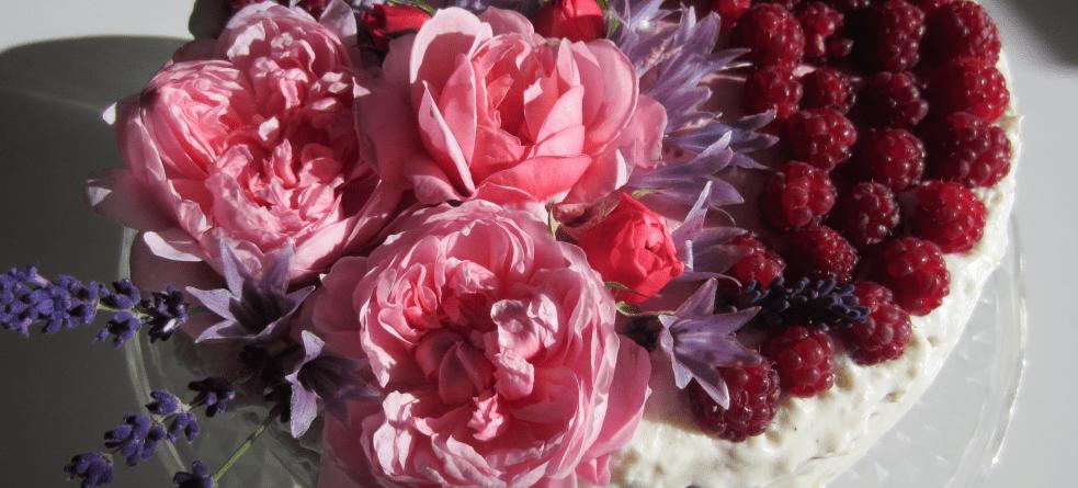 Lagkage med 2 slags mousse - Hindbærmousse og Citron-hyldeblomstmousse og spiselige blomster © DanishThings.com
