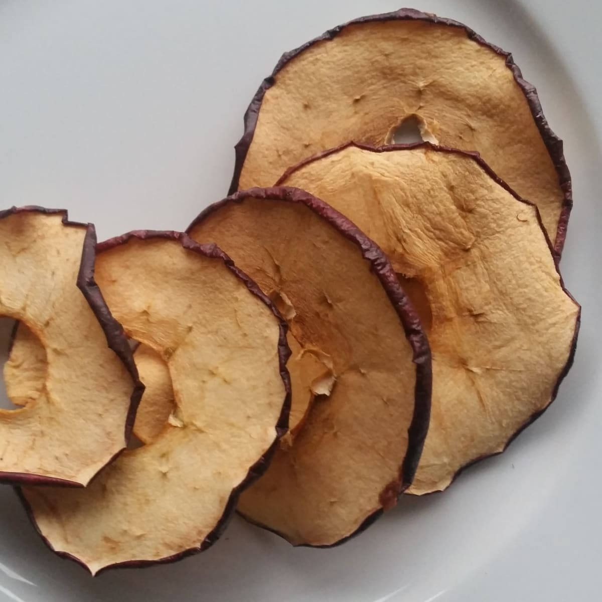Æblechips – tørrede æbleringe – sundt slik. Find opskrifter, gratis print og inspiration til årets gang på danishthings.com (Recipe in Danish)