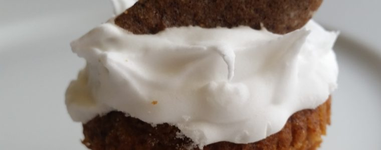 2 in one Gingerbread cakes - De nemmeste og lækreste bløde honningkager - 2 i én honningkager, muffins og honningbomber. Opskrifter og inspiration til din julebagning finder du på danishthings.com, hvor du også finder gratis print og inspiration til årets gang (Recipe in Danish)
