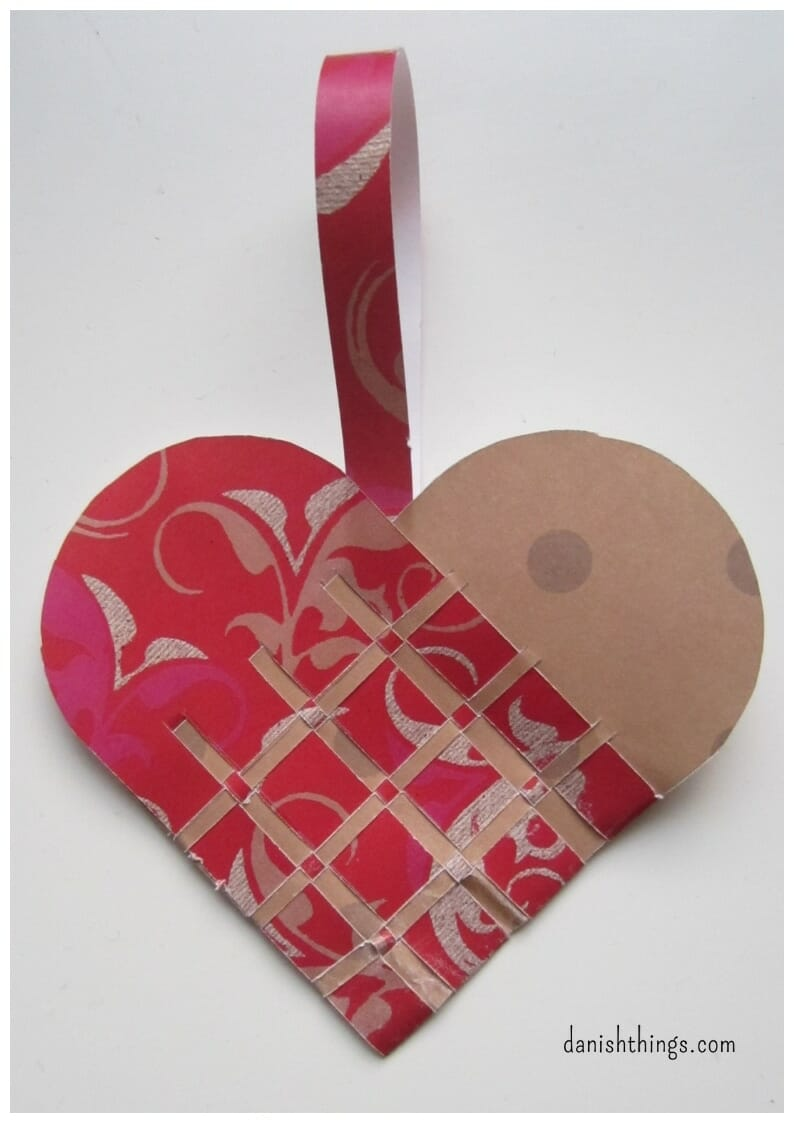 How to make a Danish Christmas heart. Braided or weaved Danish Christmas hearts, find templates and hearts for print, select whether you want to print, cut, and weave a finished Christmas heart, or use the templates and your own paper. Find inspiration at danishthings.com #DanishThings #christmasheart #braided #heart #template #Danish #Christmas #Homemade