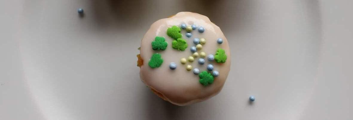 Citronmuffins med pink grapeskum eller en mini citronmåne. Disse muffins smager super godt, så det lige meget om du vælger den ene eller den anden opskrift. Find gratis print, tips, opskrifter og inspiration på danishthings.com