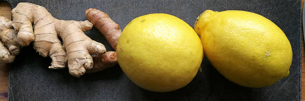 Lav selv dine egne stærke og sunde ingefærshots med gurkemeje og citron - og lav ingefærslik af resterne. Find opskrifter, gratis print og inspiration til årets gang på danishthings.com #DanishThings #hjemmelavet #ingefær #shots #opskrift #ingefærshots #gurkemeje #citron #sund