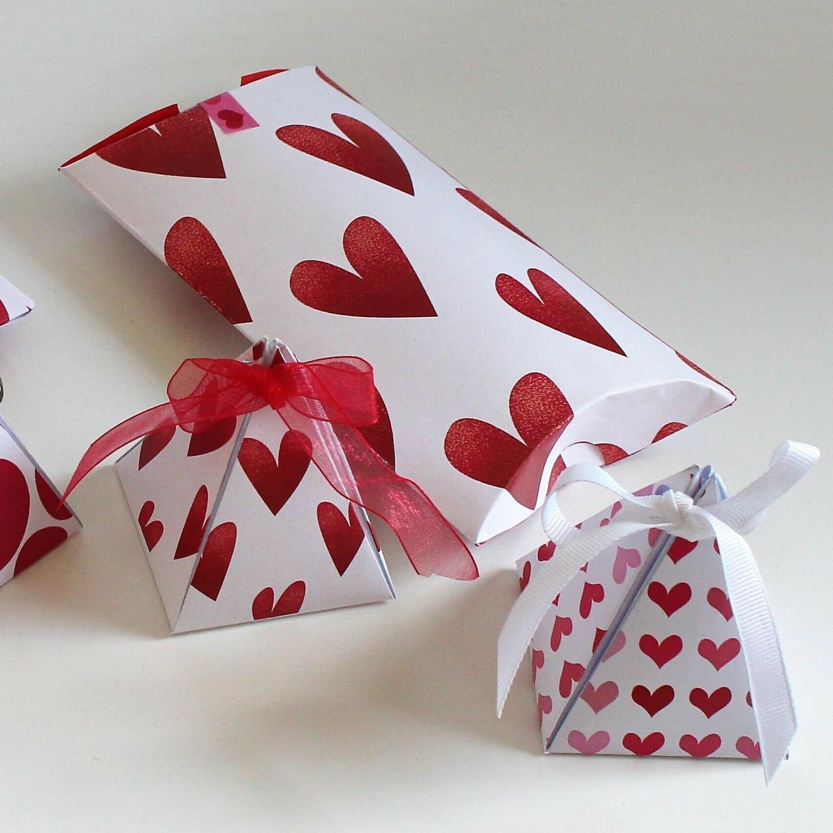 """Gaveæsker til kærlighedsgaver. """"Love is in the air"""". Giv en hjemmelavet Valentine gaveæske til én du elsker. Gratis print: gaveæsker, kort og plakater. Lav dine egne gaveæsker til Valentine, bryllup og festlige lejligheder, se hvordan og find opskrifter og mere inspiration på danishthings.com. #kærlighed #Valentine #gaveæsker #æsker #gave #gratis"""