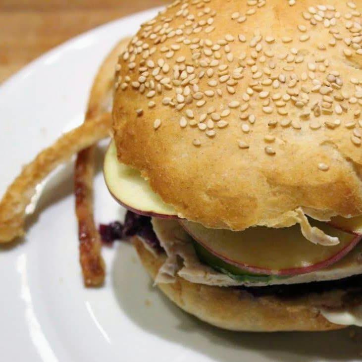 Uhmmm flæskestegssandwich. Sprøde svære på et stykke godt kød, syltede agurker, rødkål, sprøde skiver af æble og en sennepsdressing. Se mere på danishthings.com