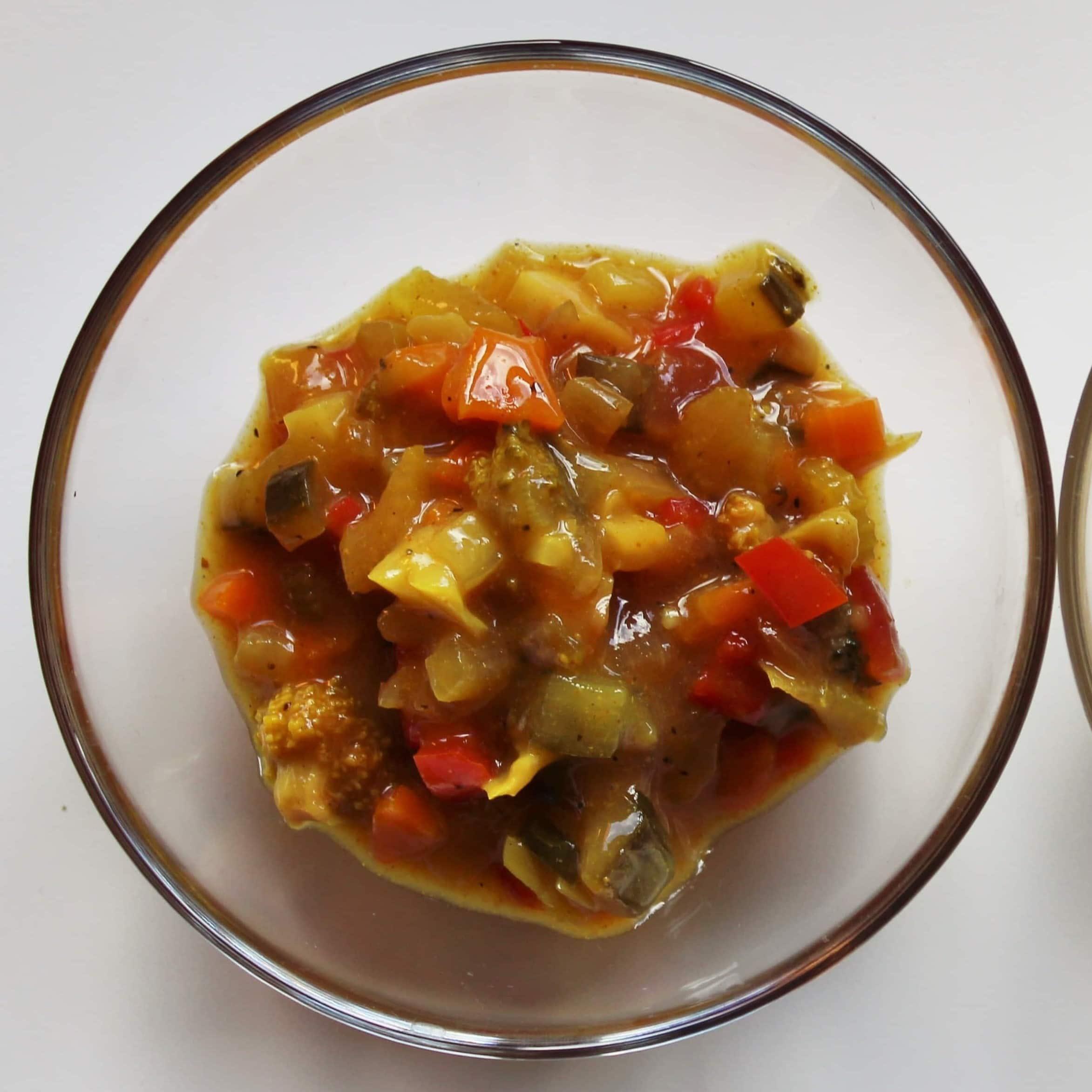 Pickles er en super måde at få brugt resterne i grøntsagsskuffen på. Det er et lækkert i en sandwich eller som tilbehør til kød. Du får den bedste remoulade, hvis du hakker din pickles og blander den med en god (hjemmelavet) mayonnaise. Find opskrifter, gratis download, print og inspiration til årets gang på danishthings.com #DanishThings #pickles #sennepspickles #sylt #grøntsager #remoulade #hjemmelavet-remoulade