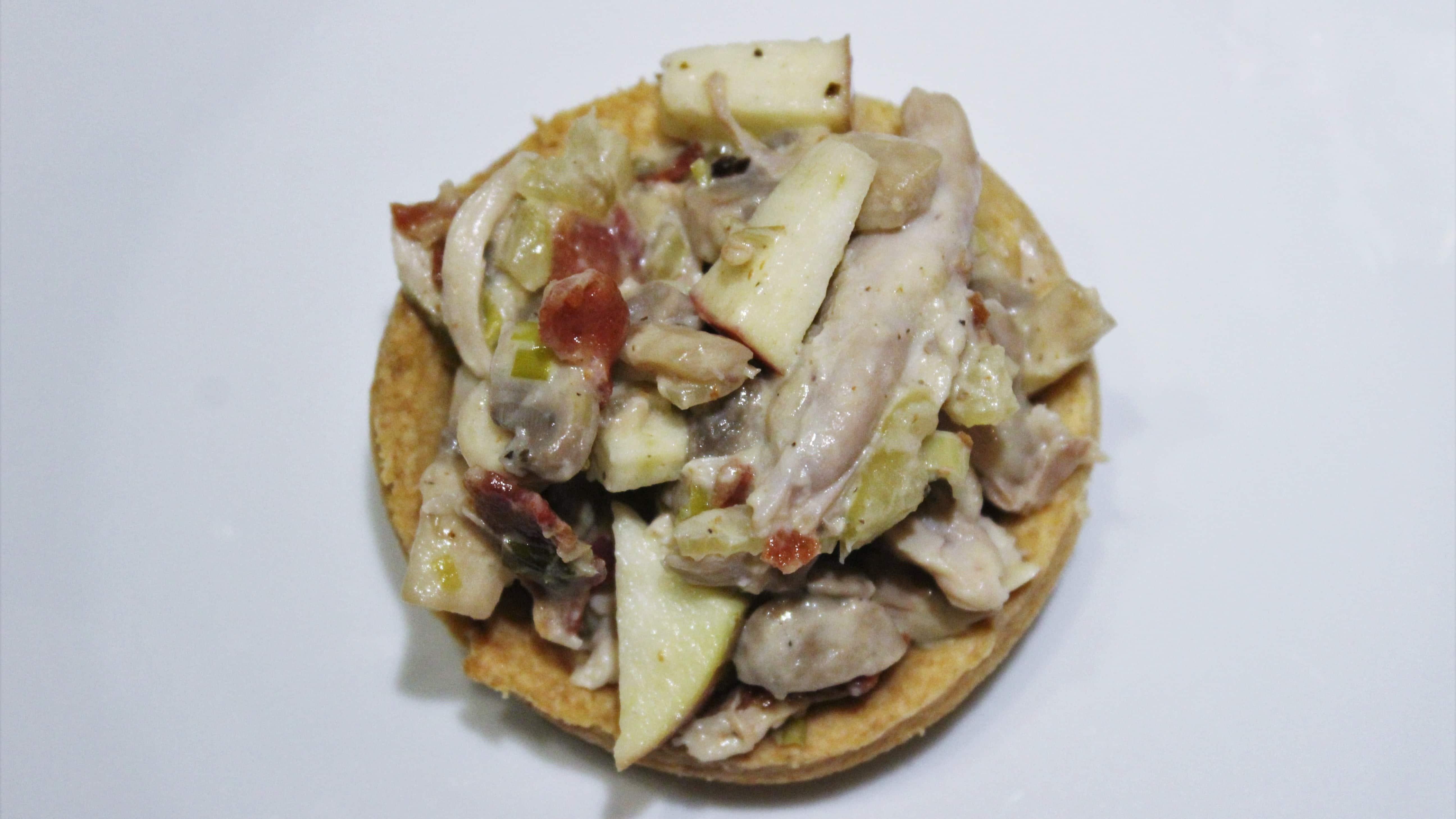 Kylling med bacon og svampe - kyllingefyld til tærter, tapas eller anderledes tarteletter, brug dem som forret, frokost eller appetizer. Fyld kyllingen i den nemmeste mørdejsbund - bager du minitærter, er de fine både som tærter og tarteletter. Find opskrifter, gratis download, print og inspiration til årets gang på danishthings.com