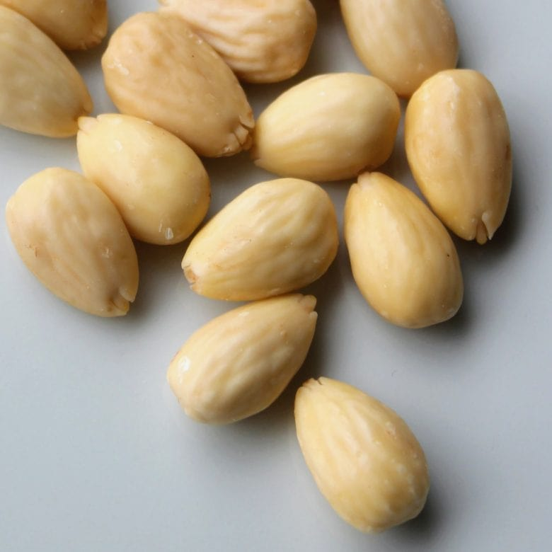 Make your own blanched almonds, baked almonds and almond flourmeal - it is easy and cheaper than store bought - recipes and inspiration @ danishthings.com