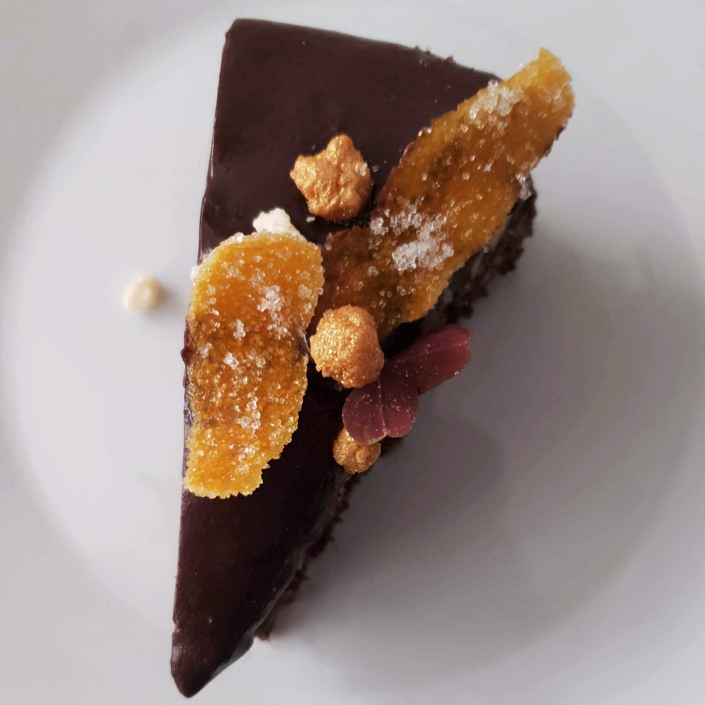 Chokoladelagkage med praliné knas, mokkamousse og appelsinchokoladeglasur. En lækker luksus moussekage til fødselsdag og fest. Prøv denne lagkage, hvis du er til chokolade, appelsin og kaffe. Find opskrifter, gratis print og inspiration til årets gang på danishthings.com #DanishThings #chokoladelagkage #chokoladelagkage-med-appelsin-og-kaffe #mousse #appelsinchokoladeglasur #mokkamousse #chokolademousse-med-kaffe #praliné-med-knas #chokoladelagkagebunde-med-appelsin #chokolade #praliné #appelsin #kaffe