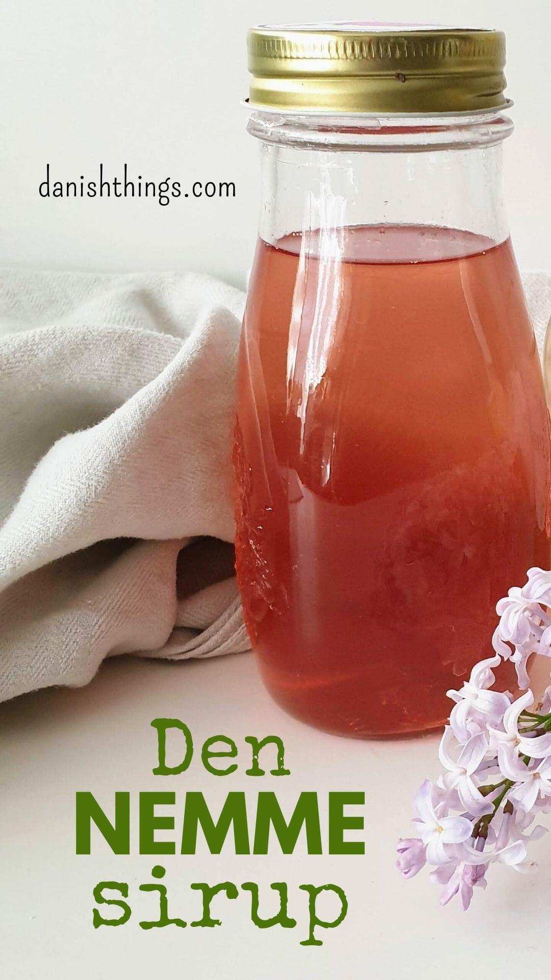 Syrensirup - sådan laver du den nemt, hurtigt og uden trækketid. Drik din sirup som sodavand, saftevand eller brug den i drinks. Spis syrensirup på pandekager, yoghurt eller brug den i marmelade, slik og desserter. Find opskrifter, gratis print og inspiration til årets gang på danishthings.com #DanishThings #syrener #syren #syrensirup #syrensaft #saft #sirup #nemt #hurtigt #forår