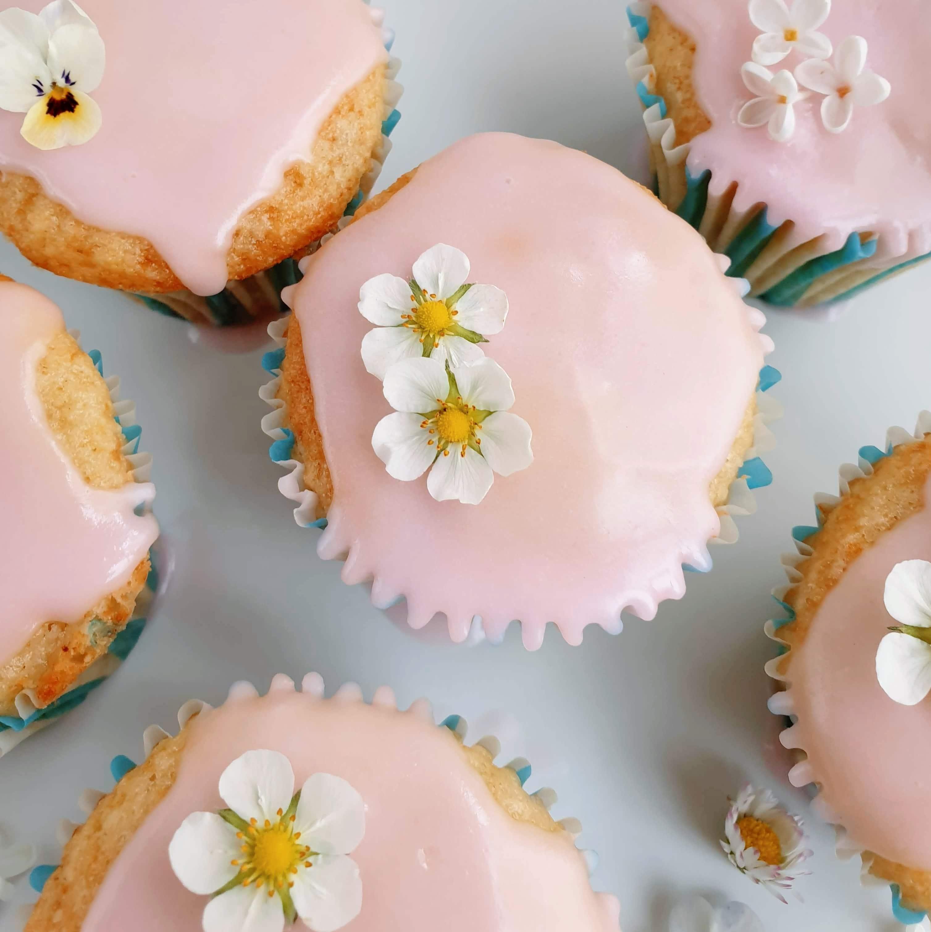 Bag lette og lækre rabarbermuffins med bagte rabarber. Spis dem som de er, lav en rabarberglasur, bag dem med krydret sukkertopping, eller lav de fineste rabarbercupcakes. Find opskrifter, gratis print og inspiration til årets gang på danishthings.com #DanishThings #rabarber #bagte-rabarber #bagte #muffin #muffins #rabarbermuffins #rabarberglasur #kage #rabarbercupcakes #cupcakes