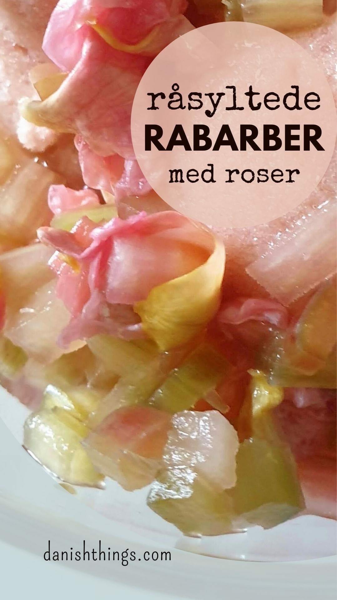 Lav nemt råsyltede eller råmarinerede rabarber med roser, hyldeblomst eller… Brug dine rabarber i salater, kager og desserter, som tilbehør til din morgengrød din yoghurt, til flødeis og sorbet… Find opskrifter, gratis print og inspiration til årets gang på danishthings.com #DanishThings #rabarber #råsylte #råsyltede #sylte #marinere #råmarinerede #roser #hyldeblomst #grønnerabarber #haverabarber #SpisForåret #SpisSommeren #tilbehør