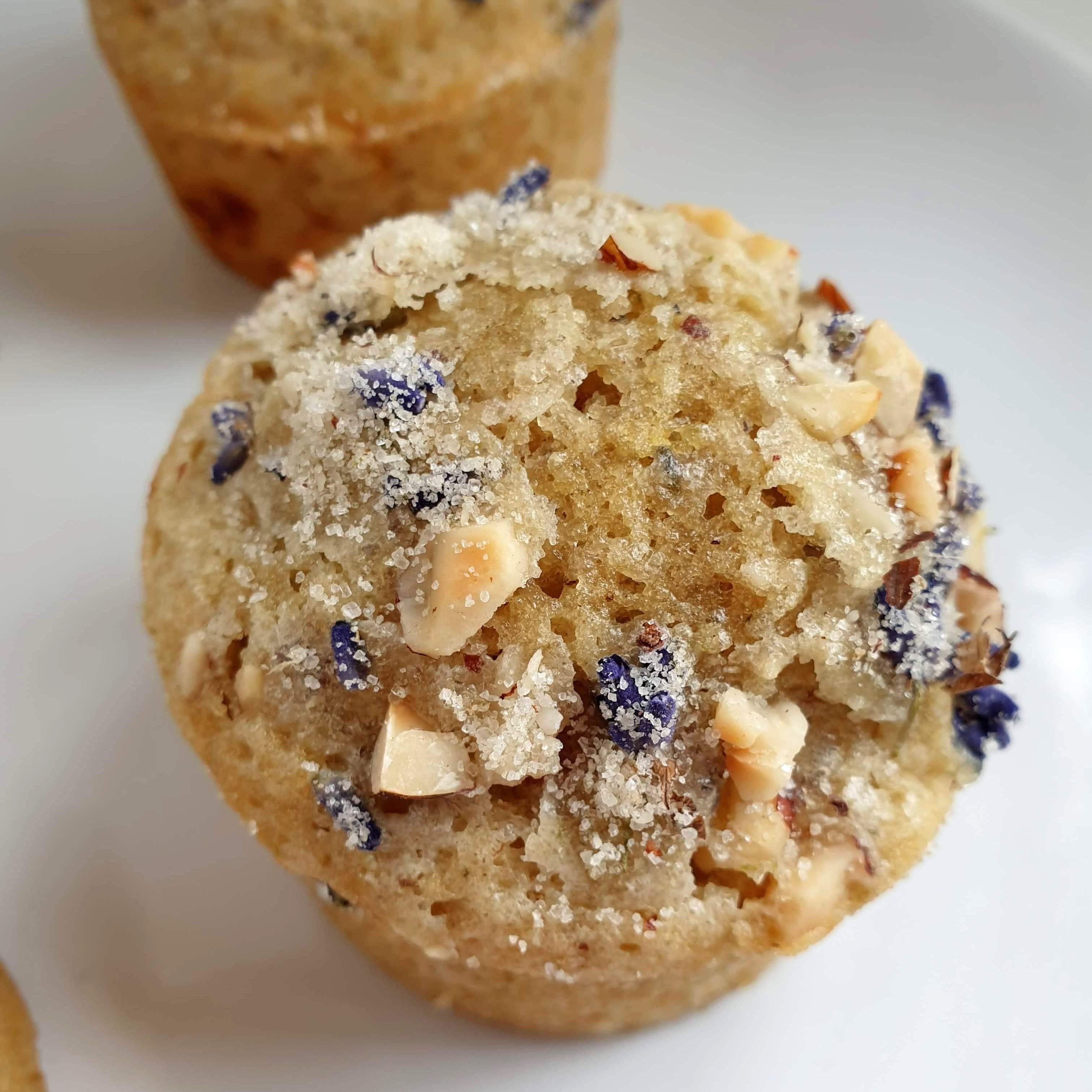 Earl Grey og lavendel muffins. Lækre luftige muffins med en fin parfumeret smag af lavendler. Uden mælkeprodukter, med æg og sukker. Find opskrifter, gratis print og inspiration til årets gang på danishthings.com #DanishThings #earlgrey #te #lavendel #citron #muffins #kager