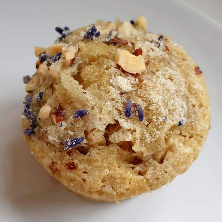 Earl grey muffins med lavendel. Lækre luftige muffins med en fin krydret smag af earl grey og lavendel. Find opskrifter, gratis print og inspiration til årets gang på danishthings.com #DanishThings #earlgrey #te #lavendel #citron #muffins #kager