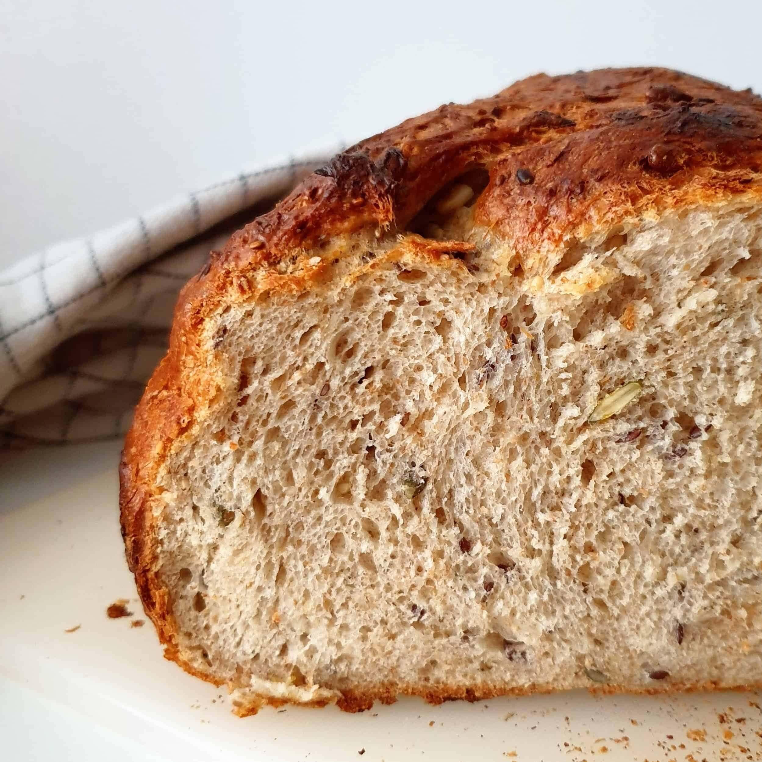 Det bedste grydebrød – et hurtigt madbrød. Lav et lækkert grydebrød på kun 2 timer. Du får et luftigt kernebrød med sprød skorpe, som smager fantastisk, og kan spises døgnet rundt. Find opskriften, gratis download, print og inspiration til årets gang på danishthings.com #DanishThings #grydebrød #gryde #brød #madbrød #fuldkornsbrød #kernebrød #morgenmad #franskbrød #gær #fuldkorn #kerner