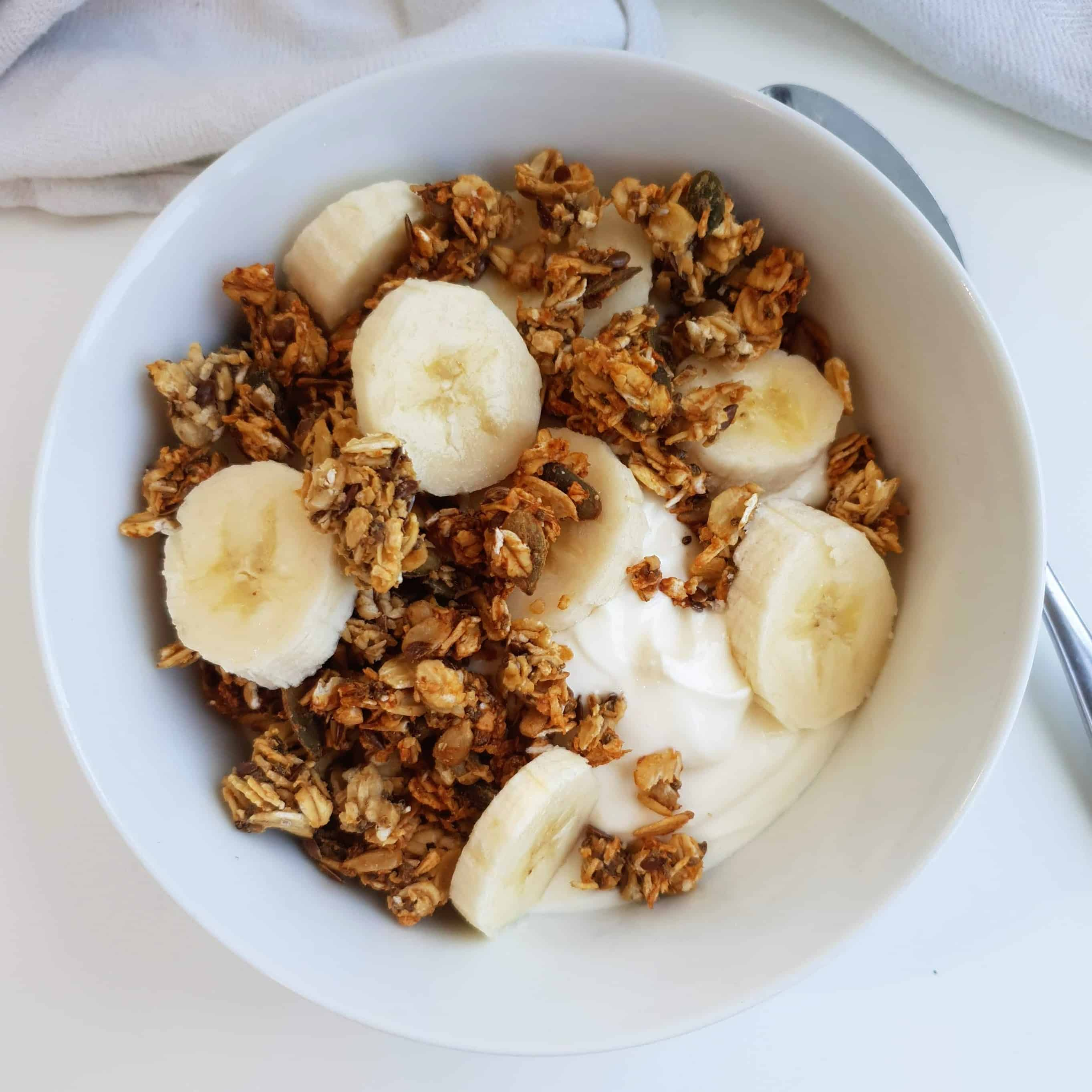 Her får du opskriften på en lækker velsmagende granola sødet med banan, uden tilsat sukker. Brug din hverdagsgranola som crunchy topping på din morgenmad, f.eks. på smoothie, yoghurt eller grød. Nyd den med god samvittighed, for din granola er fyldt med gode sager - find opskriften, gratis download, print og inspiration til årets gang på danishthings.com #DanishThings #granola #banan #sukkerfri #nem #hverdag #morgenmad #bagt #mysli #fuldkorn #protein