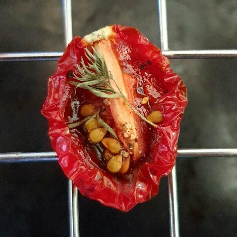 Semitørrede eller dehydrerede tomater - tørret i ovn eller dehydrator. Lav semidried cherrytomater, eller nogle af de andre lækre tomater, spis dem som lækker snack lige nu. Lav ovntørrede eller dehydrerede tomater, og brug dem i dine opskrifter. Find opskrifter, gratis print og inspiration til årets gang på danishthings.com #DanishThings #tomater #cherrytomater #tørrede #ovntørrede #dehydrerede #semidried #soltørrede #semitørrede #sommer