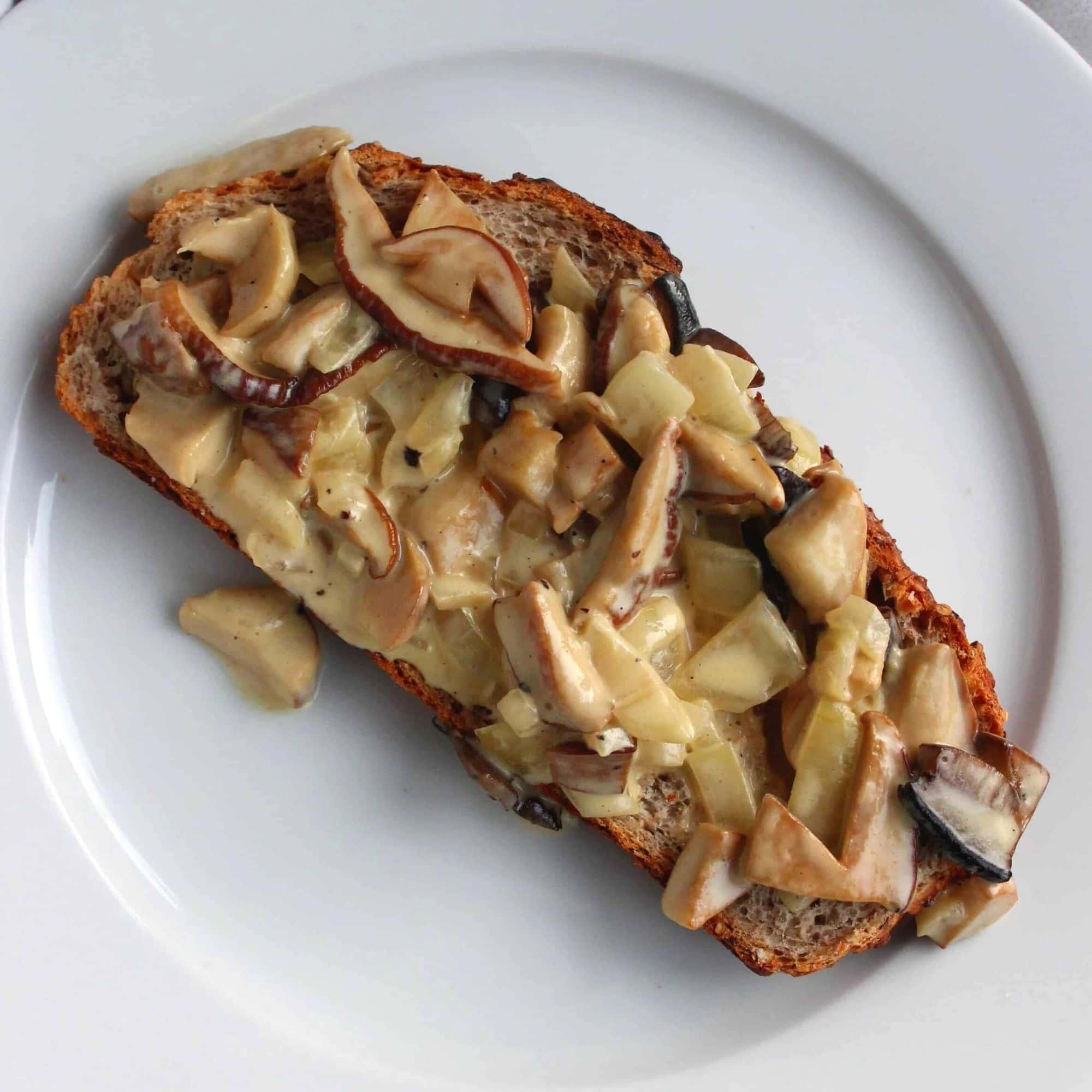 Sådan laver du svampe a la creme med Karl Johan (og de andre lækre spisesvampe). Spis den på et godt brød, som en lækker pastaret, til ris, i tarteletter... Find opskrifter, gratis print og inspiration til årets gang på danishthings.com #DanishThings #svampe #karljohan #spisesvampe #svampealacreme #svampe-a-la-creme #svampe-toast #svampetoast #svampesauce #mad #efterår #lækkert