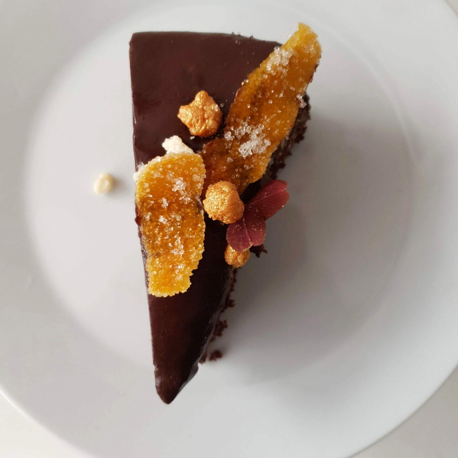 Chokoladelagkage med praliné knas, mokkamousse og appelsinchokoladeglasur. En lækker luksus moussekage til fødselsdag og fest. Prøv denne lagkage, hvis du er til chokolade, appelsin og kaffe. Find opskrifter, gratis print og inspiration til årets gang på danishthings.com #DanishThings #chokoladelagkage #chokoladelagkage-med-appelsin-og-kaffe #mousse #appelsinchokoladeglasur #mokkamousse #chokolademousse-med-kaffe #praliné-med-knas #chokoladelagkagebunde-med-appelsin #chokolade #praliné #appelsin #kaffe #chokolademousse #chokoladelagkagebunde #fødselsdag