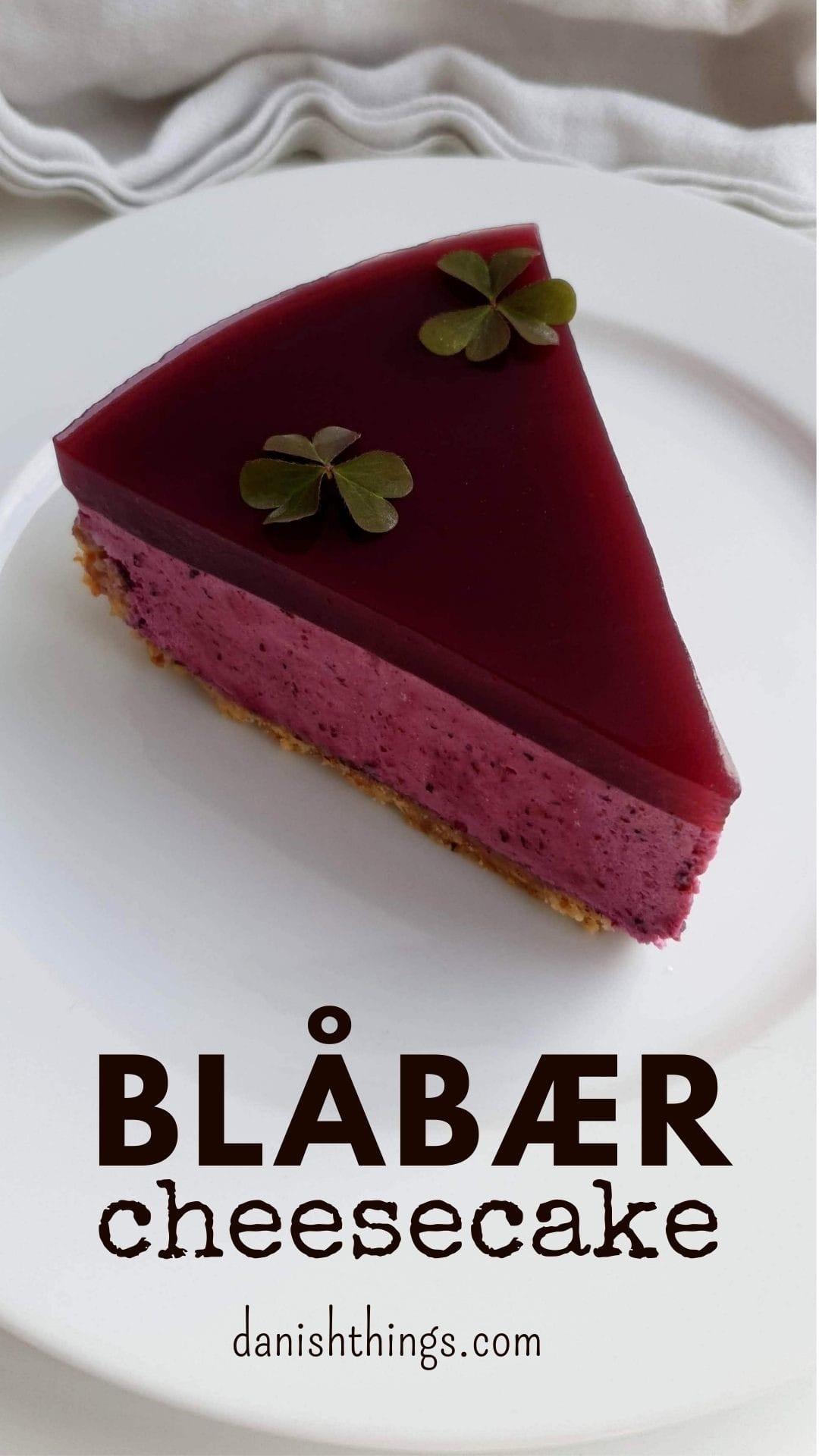Blåbærcheesecake – en klassisk cheesecake med blåbær og digestive bund. Lige lækker som stor kage, mindre kage, lille kage eller serveret i glas. Find opskrifter, gratis print og inspiration til årets gang på danishthings.com #DanishThings #cheesecake #blåbær #blåbærcheesecake #digestive #digestivebund #fødselsdag #kage