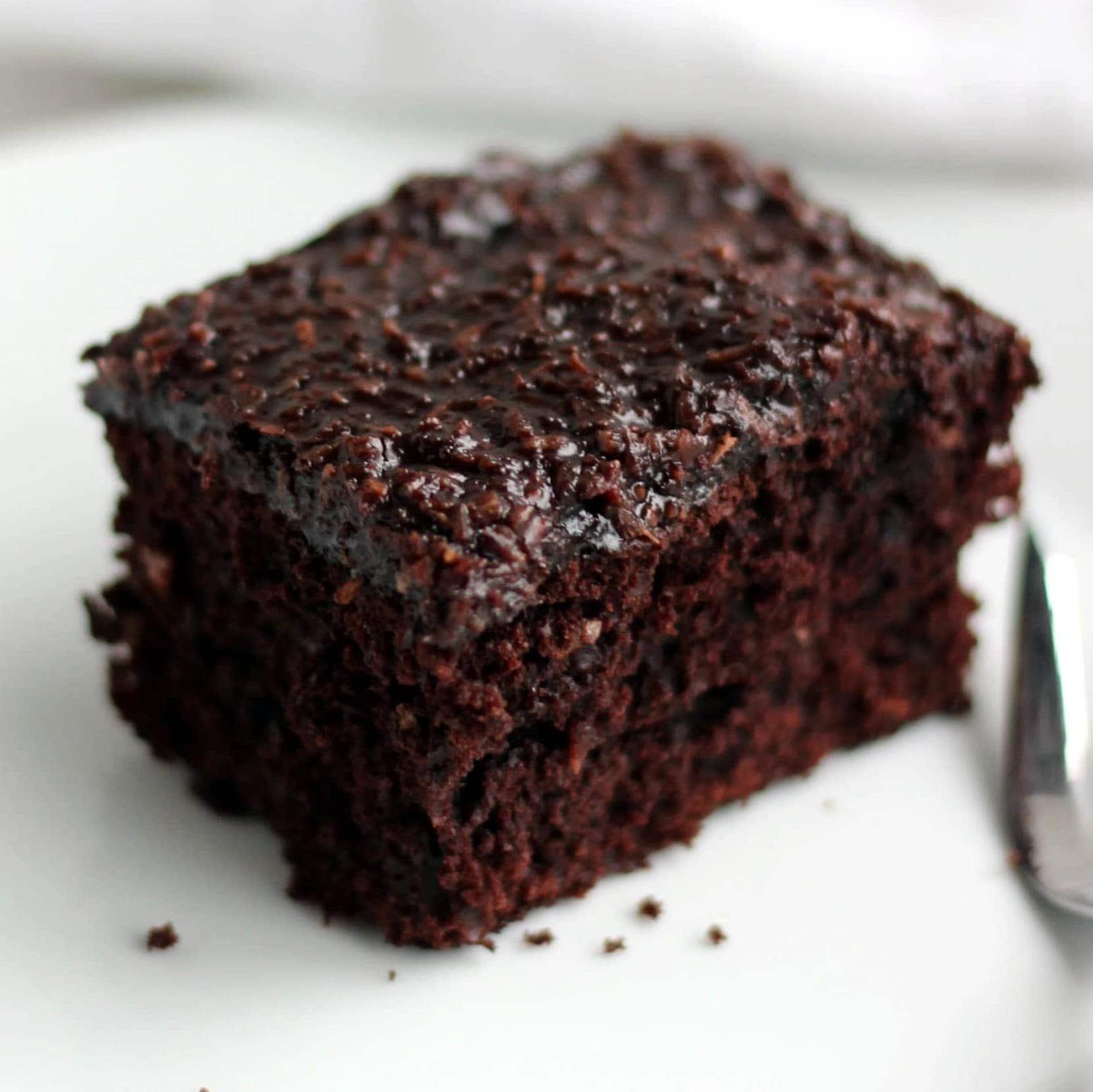 """""""Den du ved nok"""" chokoladekage – chokoladeudgaven af drømmekage, som bare smager rigtig godt. Her får du opskriften på den lækre kage med chokoladestykker i og en god mørk kaffe-kokosglasur på toppen - perfekt til kaffen og den lille lækkersult. Find opskrifter, gratis print og inspiration til årets gang på danishthings.com © Christel Parby #DanishThings #chokoladekage #denduvednok #kokos #kaffe #glasur #kage #bradepandekage #chokoladebradepandekage #tagmed #klassenstimekage #fødselsdag #tirsdagskage"""