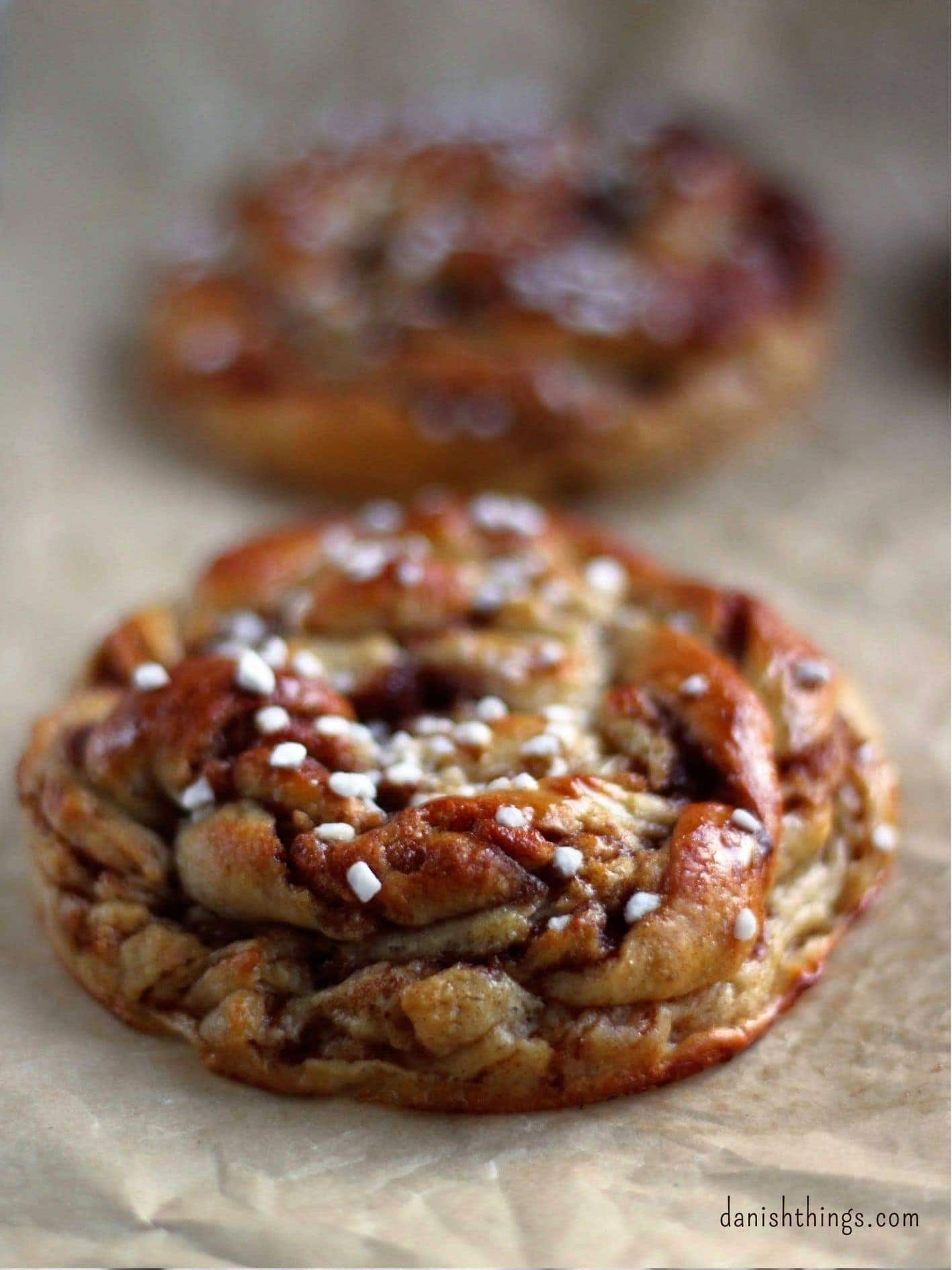 Kanelsnurrer - nemme og hurtige snurrer med kanelfyld. Lav de lækre kanelsnurrer til din brunch, en god kop kaffe eller tag dem med på picnic. Få tips og tricks til gærdejen og nemme snoninger. Find opskrifter, gratis print og inspiration til årets gang på danishthings.com #DanishThings #kanelsnurrer #kanelsnurre #kanel #snurrer #kage #gærdej #kardemomme #snegl #nem #hurtig #brunch #fødselsdag #bagsammen #bagsammenhverforsig
