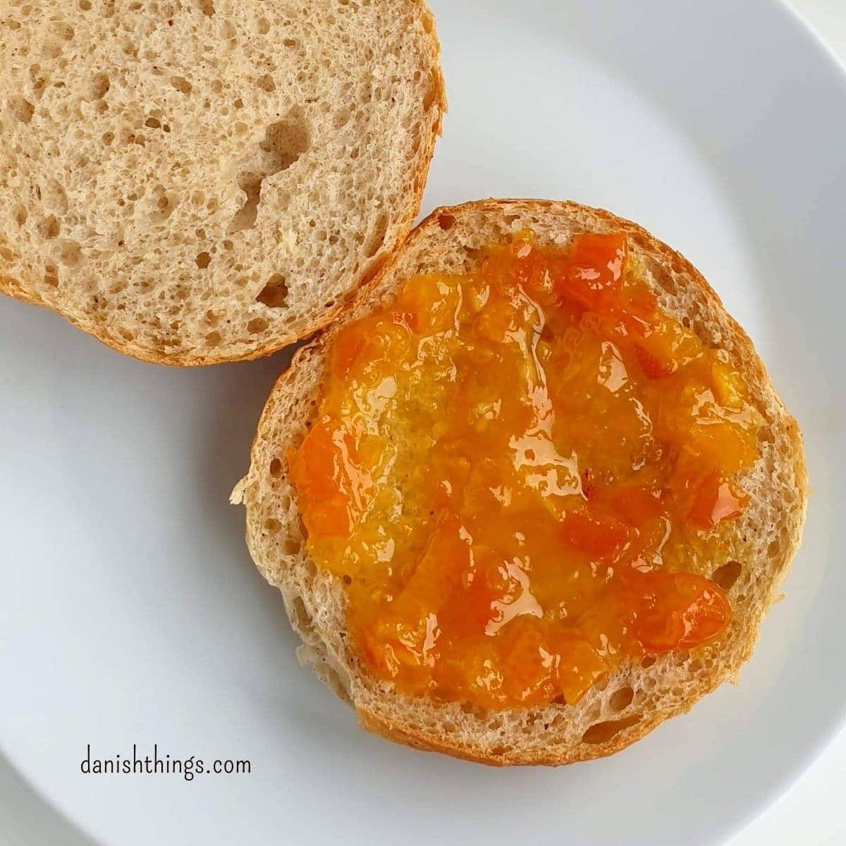 Sådan laver du nemt din egen appelsinmarmelade af økologiske eller usprøjtede appelsiner. Lav en sød appelsinmarmelade, en mere bitter orangemarmelade eller lav appelsinsyltetøj. Brug appelsinmarmeladen på brød og boller, eller i dine kager, desserter, gule boller... Find opskrifter, gratis print og inspiration til årets gang på danishthings.com #DanishThings #appelsin #appelsinmarmelade #orange #orangemarmelade #bitter #sød #marmelade #syltetøj #sukkersyltet