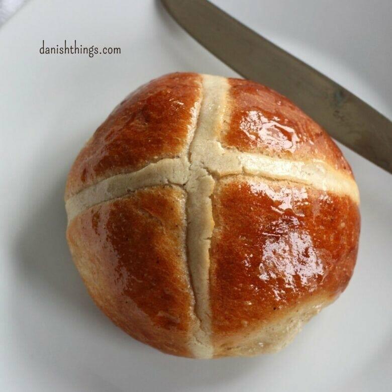 """Korsboller – fnuglette påskeboller, min nyeste version af """"Hot cross buns"""". Her får du opskriften på en lækker krydret bolle fyldt med rosiner, æbler og kandiseret citrusskal. Spis de fnuglette korsboller til morgenmad i påsken, i julen eller når du vil have en krydret bolle med fyld. Find opskrifter, gratis print og inspiration til årets gang på danishthings.com #DanishThings #korsboller #hotcrossbuns #boller #påskeboller #påske #jul #citronskal #appelsinskal #sukat #kagekrydderi #krydret #teboller #luftige #fnuglette"""