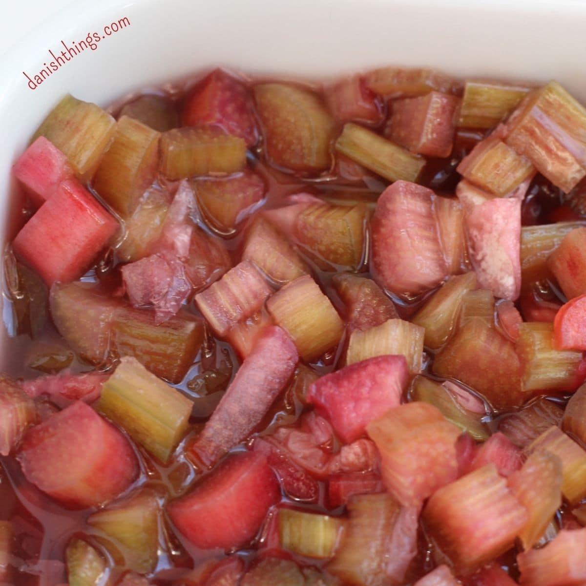 Lav nemt råsyltede eller råmarinerede rabarber med roser, hyldeblomst eller… Brug dine rabarber i salater, kager som tilbehør til din morgengrød, yoghurt, til flødeis og sorbet… Find opskrifter, gratis print og inspiration til årets gang på danishthings.com #DanishThings #rabarber #råsylte #råsyltede #sylte #marinere #råmarinerede #roser #hyldeblomst #grønnerabarber #haverabarber #SpisForåret #SpisSommeren #tilbehør